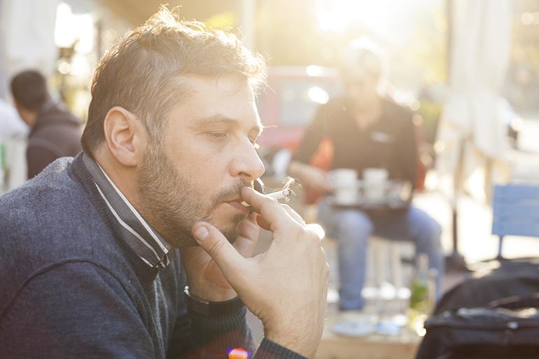 man roken sigaret volwassenen werknemer